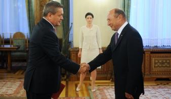 Ponta leöregezte Băsescut az új szállítási miniszter beiktatásán