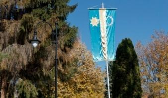 Felállították Székelyudvarhely első nagy méretű székely zászlóját