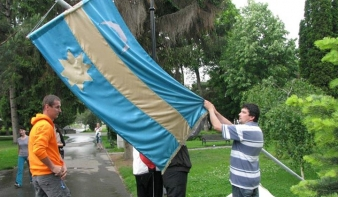 Johannis rábólintott a magyarság körében vitatott zászlótörvényre