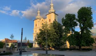 Úrnapi mise a Szentháromság-templom előtt, élő közvetítéssel