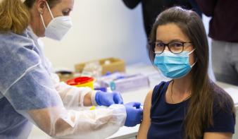 Szerdától a 12-15 évesek is olthatók Pfizerrel Romániában
