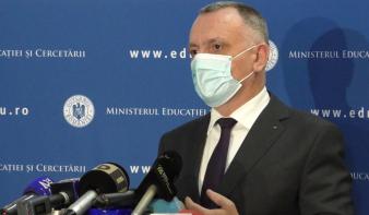 Tanügyminiszter: akik féltik a gyermekeiket, beoltathatják magukat