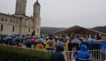 Hiába minden tiltás, a járványtagadó ortodox érsek mégis összehozott egy búcsút Szent András napján
