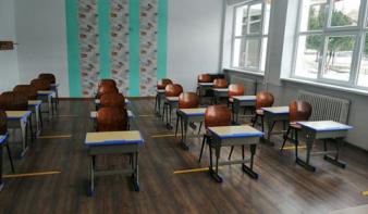 Iskolapadokkal támogatta az Iskoláinkért Gyermekeinkért Egyesület a magyar tagozatos iskolákat