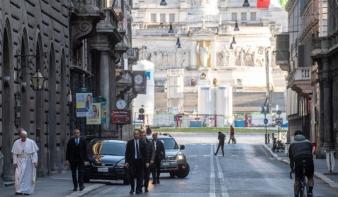 Elhagyta a Vatikánt Ferenc pápa, a járvány végéért imádkozott