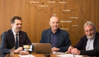 Bíróságon érvénytelenítenék a magyar zászló használata miatt kirótt bírságot a polgármesterek