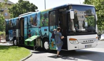 Elindult a busz, ami tele van Arany Jánossal