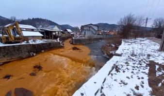 Bezárt máramarosi bányából kiömlött tisztítatlan bányavíz okozta az észak-erdélyi folyószennyezést