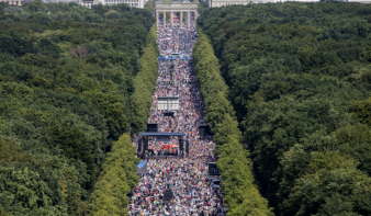 20 ezer szélsőséges tüntetett Berlinben a maszkviselés és a távolságtartás ellen, a járvány németországi súlyosbodása idején