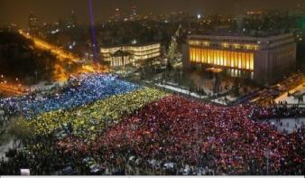 Bukaresti tiltakozás: Több ezer színes papírból rakták össze a román zászlót
