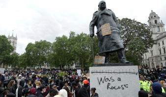 Már védeni kell Winston Churchill szobrát