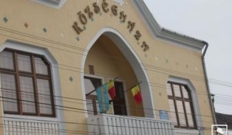Maradnak a zászlóperek – Párbeszédet akar az új kovásznai prefektus