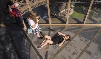 Üvegpadlót kapott az Eiffel-torony