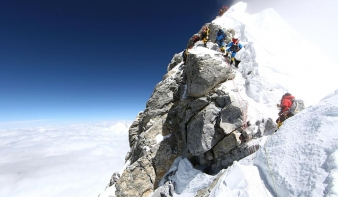 Szemetet hordanak a Mount Everestről a hegymászók