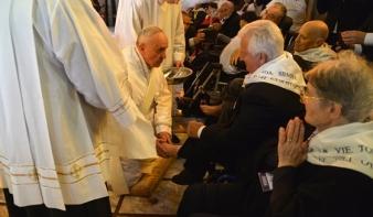 Nagycsütörtökön Ferenc pápa szellemi és testi fogyatékkal élő személyek lábát mosta meg