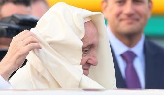 Bocsánatot kért a pápa az egyházi visszaélések miatt