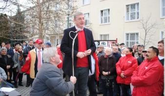 Sumák rokkantnyugdíjasoktól a pincsikutya Orbánig – Gyurcsány Ózdon kampányolt