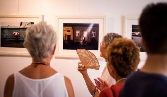 Botis Enikő művészettörténész méltatása, a Főtér Fesztiválon bemutatott Hajdu Tamás fotóművész kiállításán