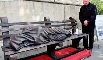Lackfi János gyönyörű verset írt a hajléktalan Jézus szobrának szentelésére