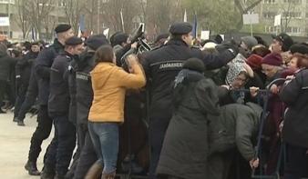 Dulakodás tört ki Bukarestben a csendőrök és a Nemzet Megváltása katedrális felszentelésére érkezett hívek között