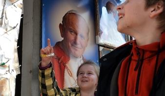 Vasárnap szentté avatják Boldog II. János Pál pápát