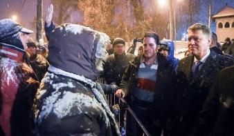 Johannis kiment az ellene tüntetők közé