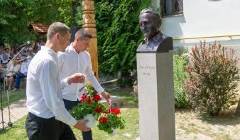 Kányádi Sándor első köztéri szobrát Nagygalambfalván állíttatták