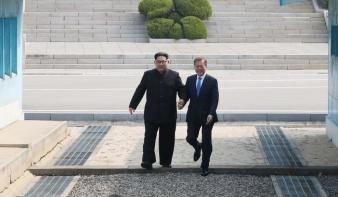 Szürreális jelenetek, Kim Dzsongun kézen fogva sétált a dél-koreai elnökkel
