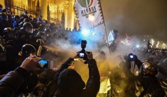 Ismét rendőrökre támadtak a tüntetők a Kossuth téren