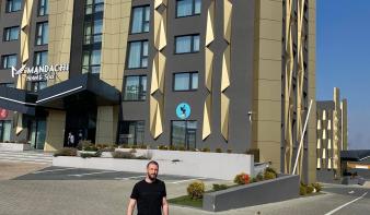 Ingyen odaadja a koronavírussal küzdő orvosoknak négy csillagos szállodáját a moldvai egy méteres autópálya megépítője