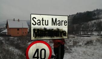 Fekete festékszóróval fújták le a magyar feliratot több székelyföldi helységnévtáblán