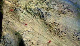 Folyékony víz nyomaira bukkantak a Marson