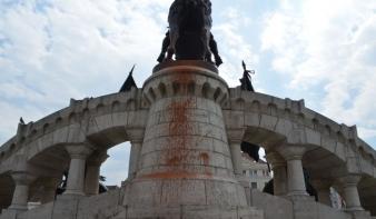 A rendőrség már nyomoz a festékkel leöntött Mátyás-szobor ügyében