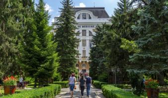Egyre rosszabb a magyar orvosképzés helyzete, a beiskolázási számokat is csökkentették