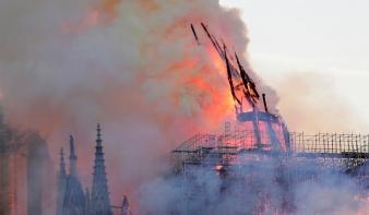 Videón a Notre-Dame huszártornyának a ledőlése