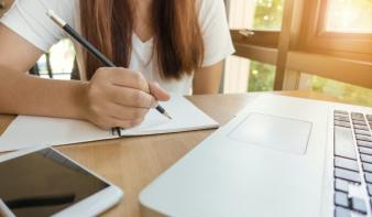 Törvényes keretet kapott az online oktatás Romániában