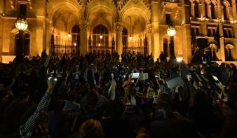 Dulakodás és Demszky a Parlament előtt