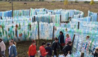 552 méter hosszú pillepalack-labirintus épült Szatmár megyében