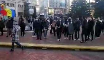Magyarellenes és xenofób szlogenek hangzottak el a korlátozások elleni tüntetéseken