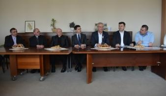 Kiemelkedő támogatás az erdélyi egyházközségeknek