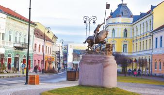 Elsőfokú ítélet: nem kell kitűzni a román zászlót Sepsiszentgyörgy polgármesteri hivatalának a tornyára