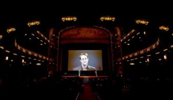 Snowden: Túlságosan is bízunk a Facebookban