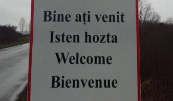 Négynyelvű táblán köszöntik a Szilágyságba érkezőket
