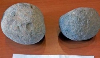 Húsz év után visszavitte az ellopott kétezer éves parittyaköveket