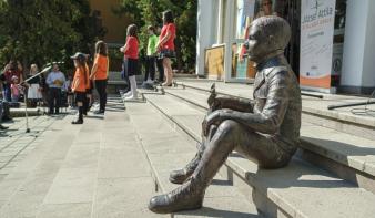 József Attila-szobrot avattak a költő nevét viselő csíkszeredai iskolánál