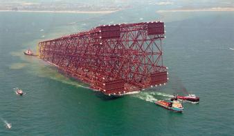 A világ második legmagasabb építményéből alig 75 méter látszik ki a tengerből